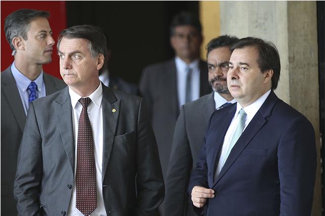 Bolsonaro acusa Maia de conspiração e diz que atuação do deputado é 'péssima'