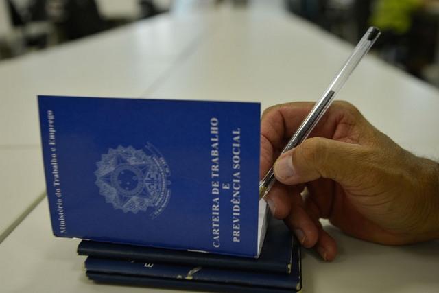 Emprego com carteira assinada foi maior em fevereiro (Foto Marcello Casal/ABr)