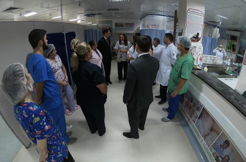 Defensores inspecionaram hospital e identificaram fraudes em plantão (Foto: DPE-AM/Divulgação)