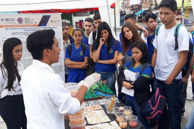 Estudantes recebem orientação sobre tipos de terrenos (Foto: Divulgação)