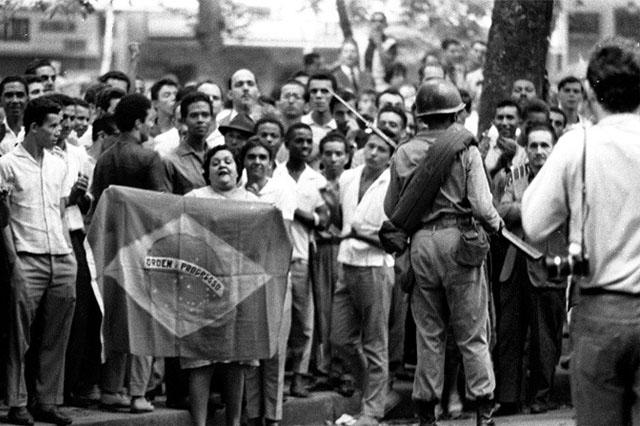 Protesto na Cinelândia, no Rio, em abril de 1964 (Foto: CPD-JB/Reprodução)