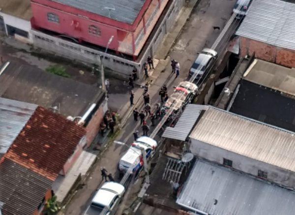 Policiais cercaram residência onde funcionava hospital improvisado (Foto: SSP-AM/Divulgação)