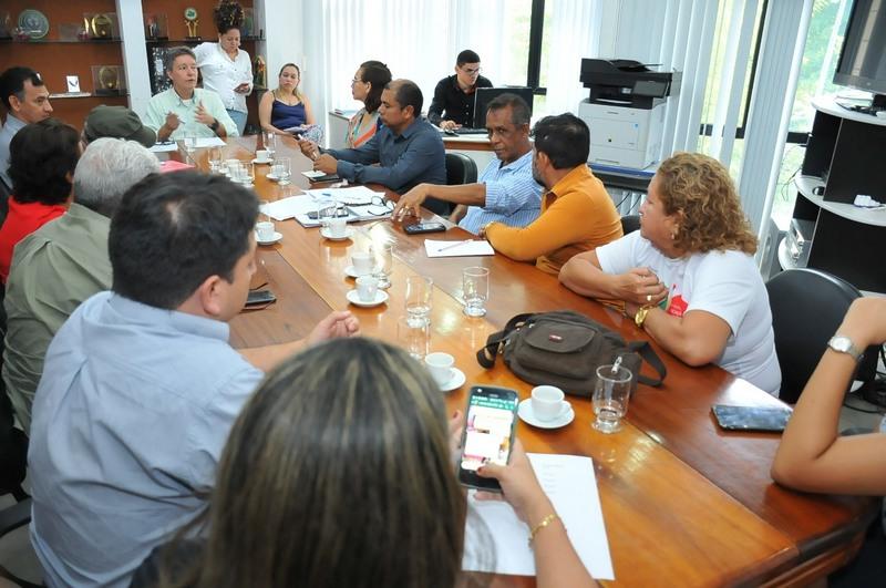 Secretário Luiz Castro (centro) em reunião com professores (Foto: Cleudilon Passarinho/Seduc)