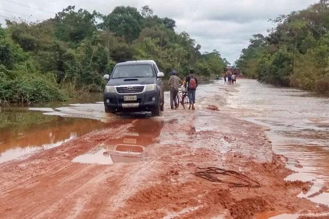Trechos da rodovia BR-230 estão alagados dificultando tráfego de veículos (Foto: Divulgação)
