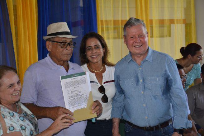 Entrega de titulo de terras pela prefeitura de Manaus