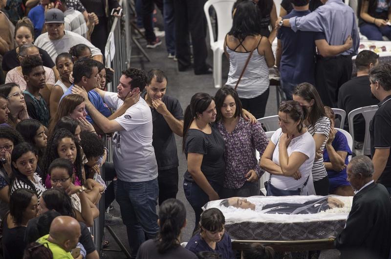 Emoção no velório de jovens mortos em Suzano (Foto: Eduardo Knapp/Folhapress)