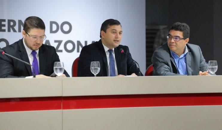 Governador Wilson Lima (centro) com os secretários Carlos Almeida (Saúde) e Alex Del Giglio, da Fazenda (Foto: Diego Péres/Secom