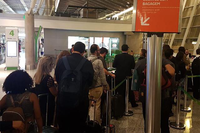 Passageiros no aeroporto de Brasília: projeto contra atraso em voos (Foto: Pedro Rafael Vilela/ABr)