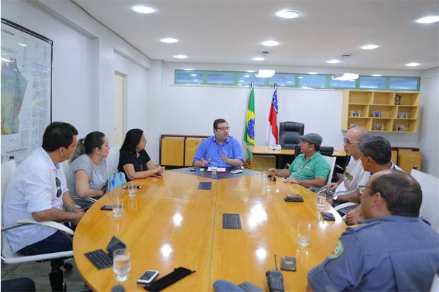 Alex Del Giglio (centro) explicou impacto das finanças a comissão de professores (Foto: Diego Peres/Secom)