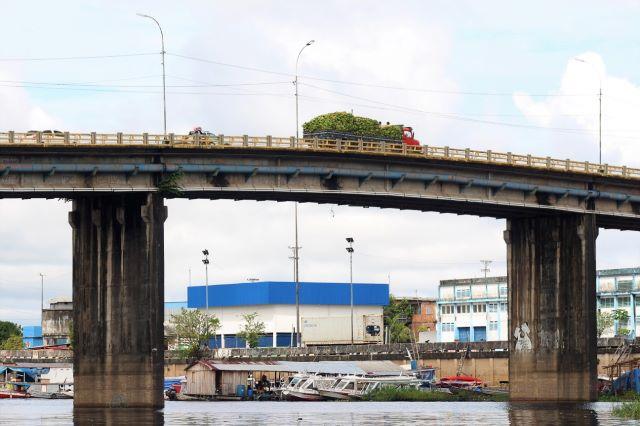 Ponte está interditada para caminhões e ônibus, mas motoristas desrespeitam a norma (Foto: Valter Calheiros)