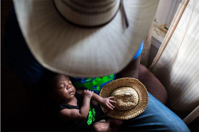 Foto de caubói e seu filho vencedora do concurso internacional (Foto: Rory Doyle/Divulgação)