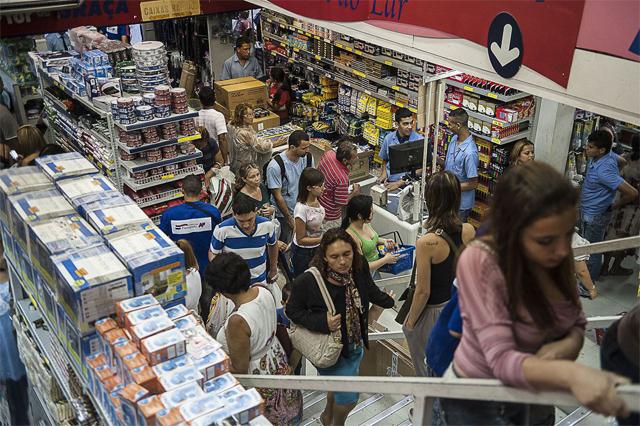 Consumidores em loja de departamento: dívidas maiores (Foto: Marcelo Camargo/ABr)