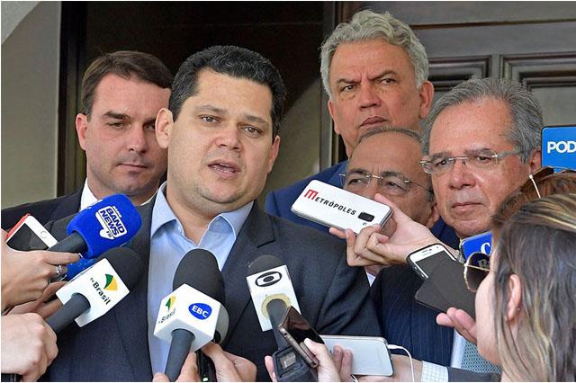 Senador Davi Alcolumbre e o ministro Paulo Guedes (Foto: Marcos Brandão/Agência Senado)