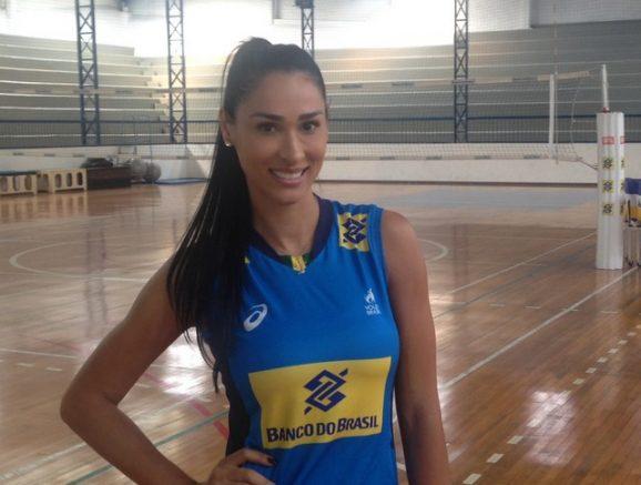 Jaqueline acompanhava da arquibancada a partida do Sesi-SP (Foto: CBV/Divulgação)