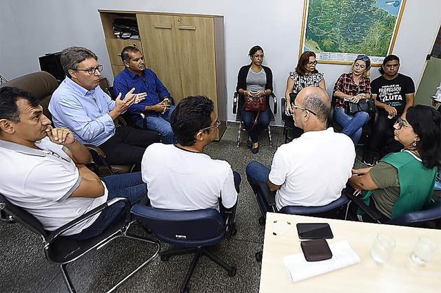 Secretário de Educação Luiz Castro com líderes sindicais: negociação (Foto: Roberto Carlos/Secom)