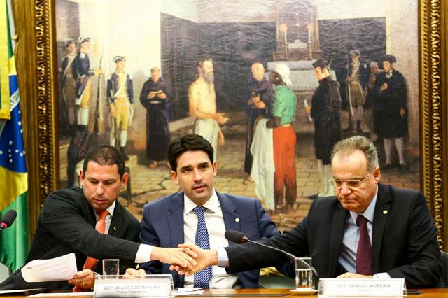 Marcelo Ramos, à direita, e o relator da reforma da Previdência, Samuel Moreira, à direita (Foto: Marcelo Camargo/ABr)