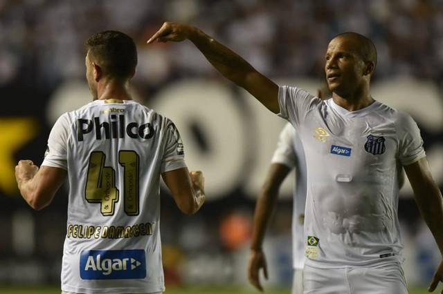 Sánchez aponta para Damansceno, que deu passe para que o uruguaio fizesse o gol (Foto: Ivan Storti/Santos FC)