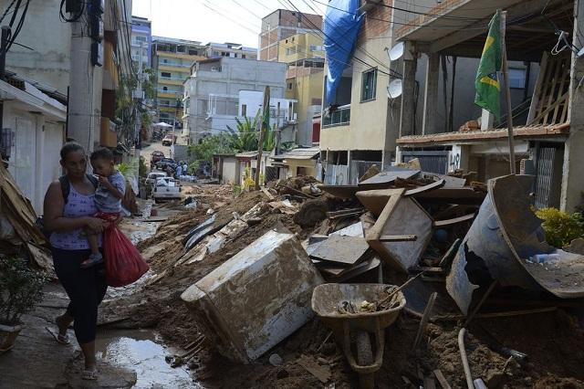 Equipes que atuam na busca e resgate de pessoas após o desabamento dos dois prédios na comunidade da Muzema encontram último corpo de pessoa desaparecida (Foto: Tânia Rêgo/Agência Brasil)