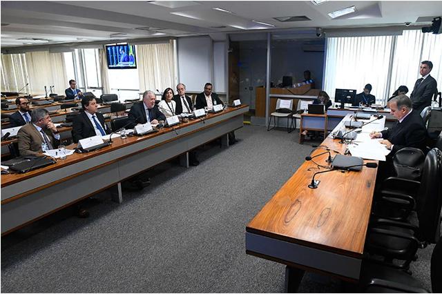 Davi Emerich (3º à esquerda) momento exige reflexão (Foto: Marcos Oliveira/Agência Senado)