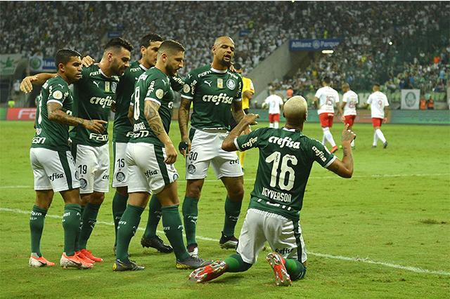 Deyverson (de joelhos) marcou o gol da vitória (Foto: Mauro Horita/Folhapress)