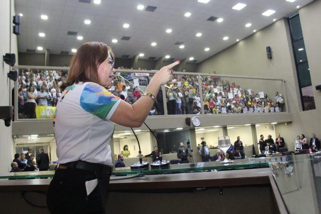 Presidente do Sinteam, Ana Cristina Rodrigues, discursou na Assembleia nesta terça-feira, 7 (Foto: Divulgação)