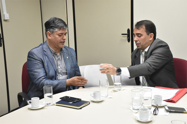 Fábio Monteiro (à direita) entrega documento ao secretário Rodrigo Tobias (Foto: Hirailtom Gomes/Ascom MP-AM)
