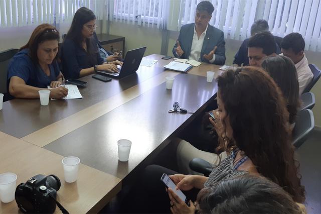 Secretário de Saúde Rodrigo Tobias com terceirizados (Foto: Susam/Divulgação)