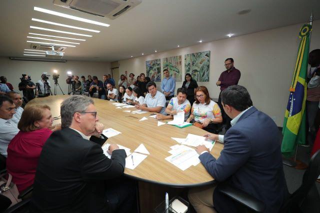 Reunião com sindicatos na sede do governo teve a participação de 15 deputados estaduais (Foto: Diego Peres/Secom)