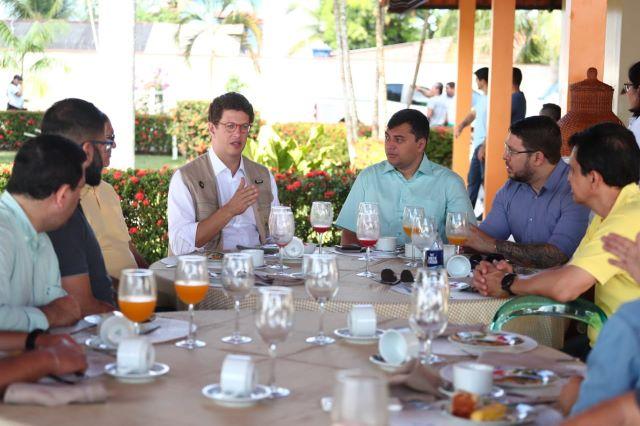 Ministro do Meio Ambiente, Ricardo Sales, e o governador Wilson Lima em Parintins