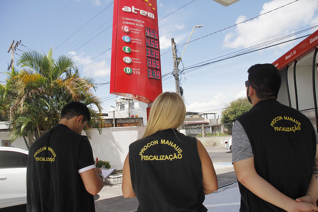 Procon Manaus e Procon Estadual fiscalizam os postos (Foto: Marinho Ramos/Semcom)