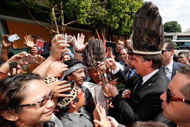 Bolsonaro conversa com indígenas em Manaus