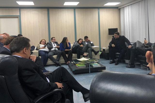 Carlos Almeida na Assembleia com deputados