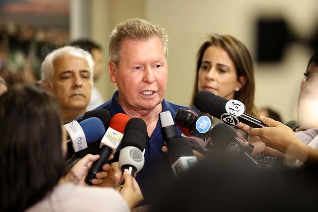 Prefeito se mostrou insatisfeito com as desculpas das empresas de transporte coletivo (Foto: Mário Oliveira)