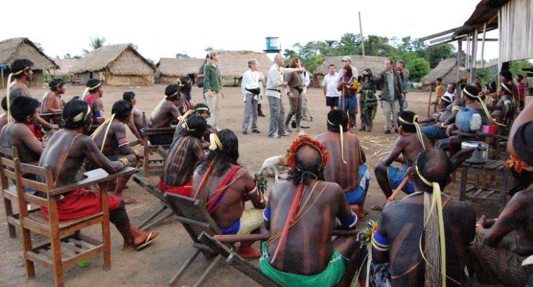 Diretor de cinema James Cameron na Terra Indígena Trincheira Bacajá, em 2010
