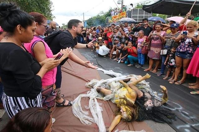 Peça de teatro em praça pública: auxílio à cultura (Foto: Divulgação)
