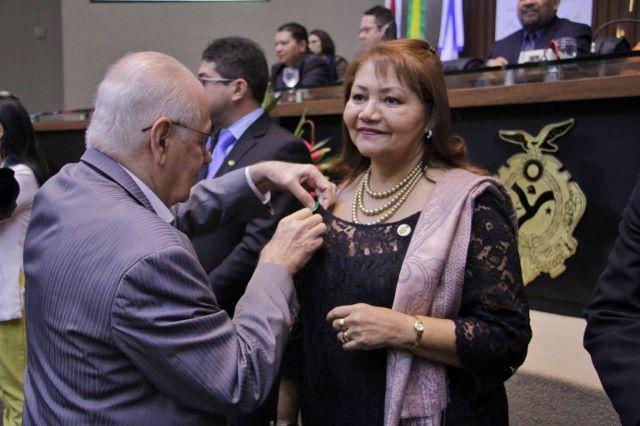 Serafim entrega medalha a Marilene Correa