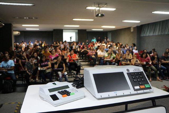 Treinamento de estudantes para atuar na eleição do Conselho Tutelar em Manaus