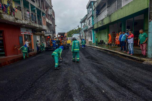 Programa Requalifica leva asfalto. drenagem e serviços de tapa-buracos às ruas de Manaus