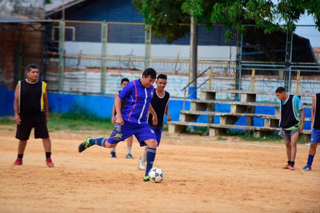 Wilson Lima joga futebol