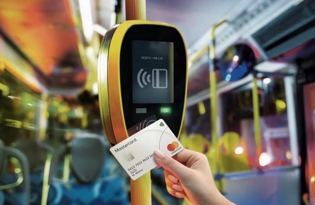 Uso do cartão por aproximação é parte de uma estratégia das operadoras para ampliar o uso dessa tecnologia no país (Foto: Divulgação/Mastercard)