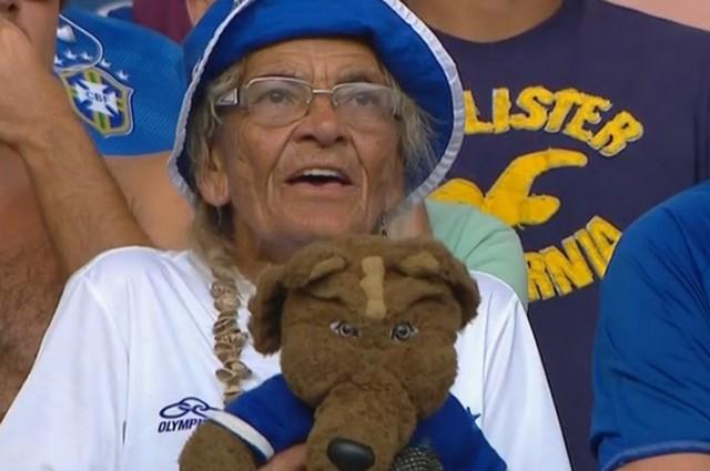 Dona Salomé é bastante conhecida na torcida do Cruzeiro e no próprio clube (Foto: Reprodução/Tv Globo)