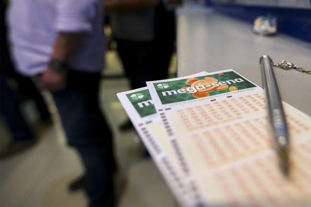 É possível ganhar prêmios ao acertar quatro ou cinco números no volante de apostas (Foto: Marcelo Camargo/Agência Brasil)