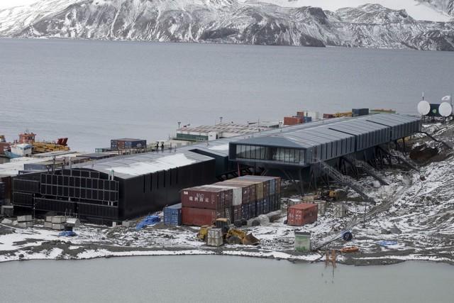 Estação Antártica Comandante Ferraz é uma base antártica pertencente ao Brasil localizada na ilha do Rei George, a 130 quilômetros da Península Antártica, na baía do Almirantado, na Antártida (Foto: Alan Arrais/Agência Brasil)