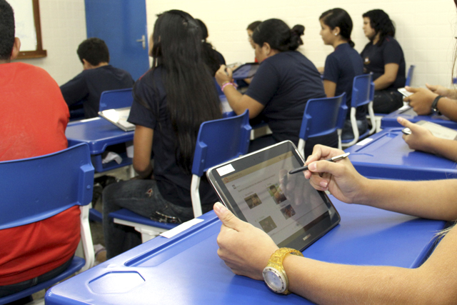 leilão de tablets escolares