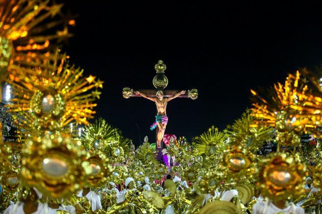 Enredo 'A verdade Vos Fará Livre' mostra Cristo jovem da favela crucificado (Foto Cezar Loureiro/Riotur)