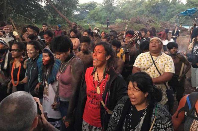 De mãos dadas, os índios formaram uma barreira humana na rua por volta das 5h para impedir a entrada da polícia (Foto: Eduardo Suplicy/Reprodução)