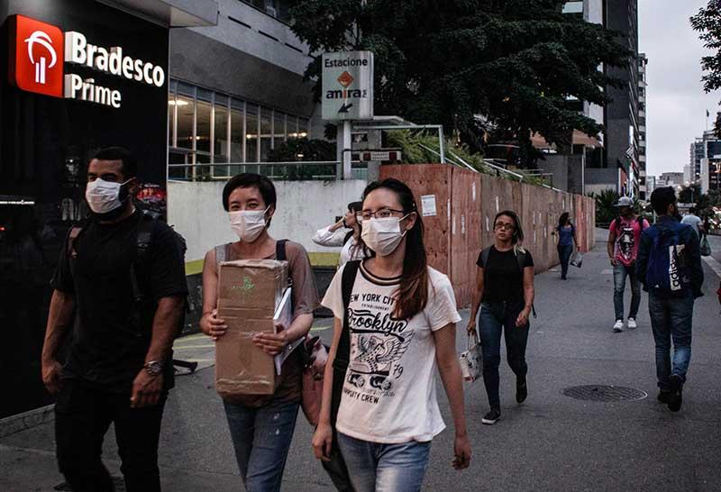 Pessoas usam máscaras para evitar contaminação pelo covid-19. | Foto: Reprodução.