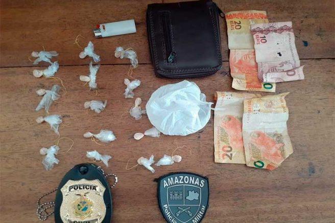 Polícia apreende 16 porções de oxi e quantia em dinheiro com dupla suspeita de tráfico de drogas em Presidente Figueiredo (Foto: Divulgação/DCS-PMAM)