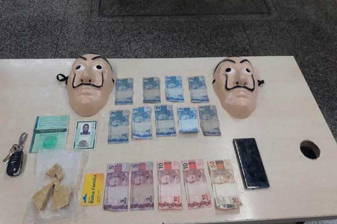 Suspeitos de tráfico de drogas usavam máscaras similares as de série famosa (Foto: Divulgação/PMAM)