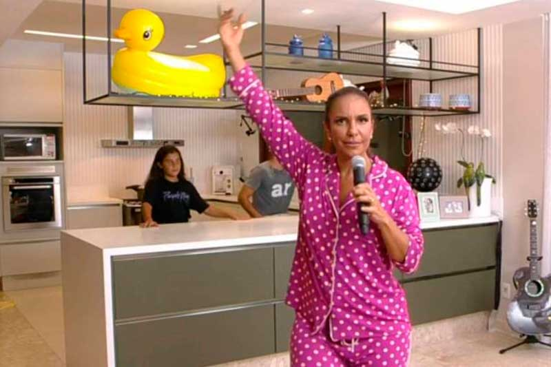 Pijama de poá rosa de Ivete Sangalo foi um dos detalhes mais comentados (Foto: Youtube/Reprodução)